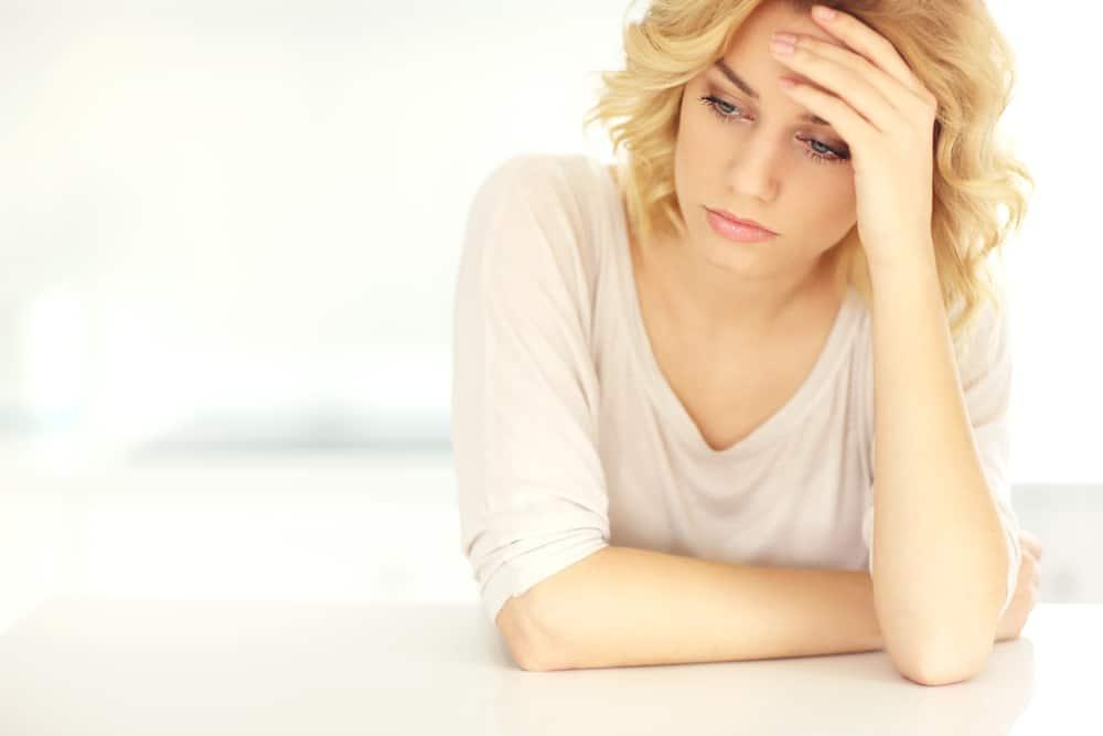 Porträt einer besorgten depressiven Blondine