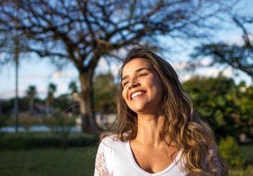 Die Frau lacht