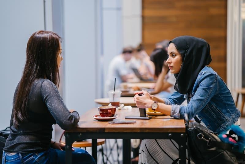 Zwei Freunde in einem Café unterhalten sich ernsthaft