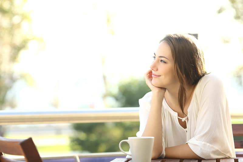achtsame Frau, die Kaffee trinkt