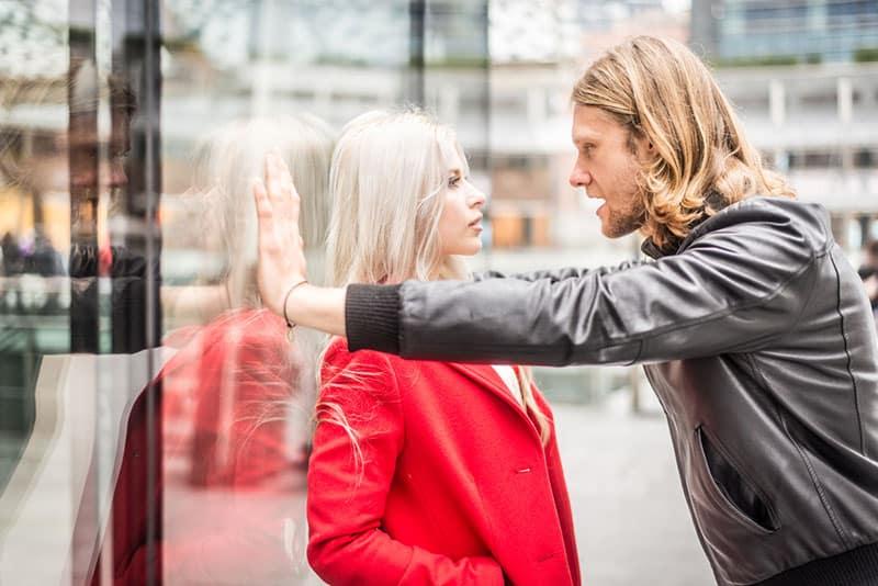 aggressiver Mann spricht mit Frau