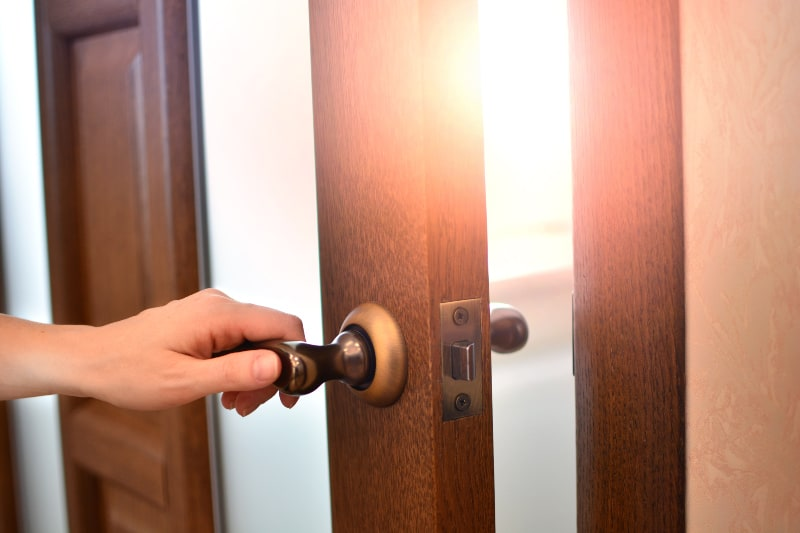 das Mädchen, das die Tür öffnet und geht