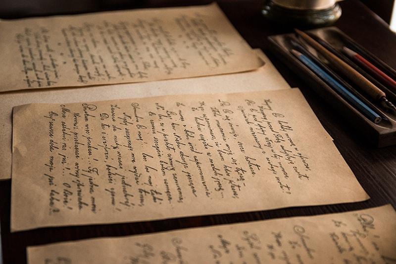 ein Gedicht auf Papieren auf dem Schreibtisch