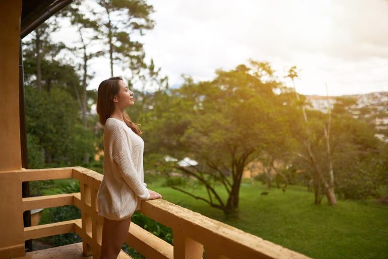 ein Mädchen, das eine schöne Aussicht vom Balkon hat