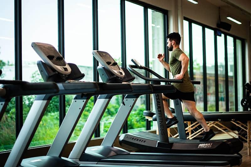 Ein Mann, der auf dem Laufband im Fitnessstudio trainiert