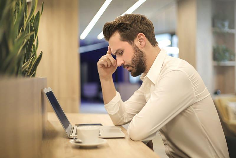 Ein Mann, der spät im Büro arbeitet