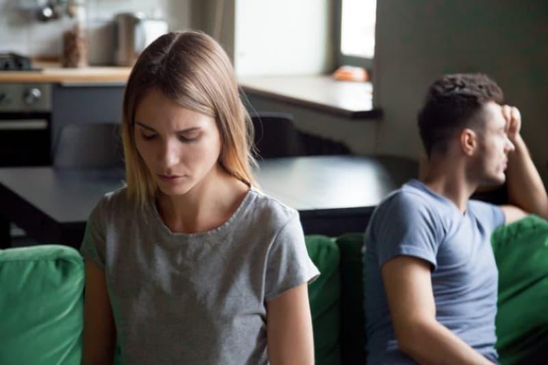 ein Mann und ein Mädchen, die sich streiten(1)