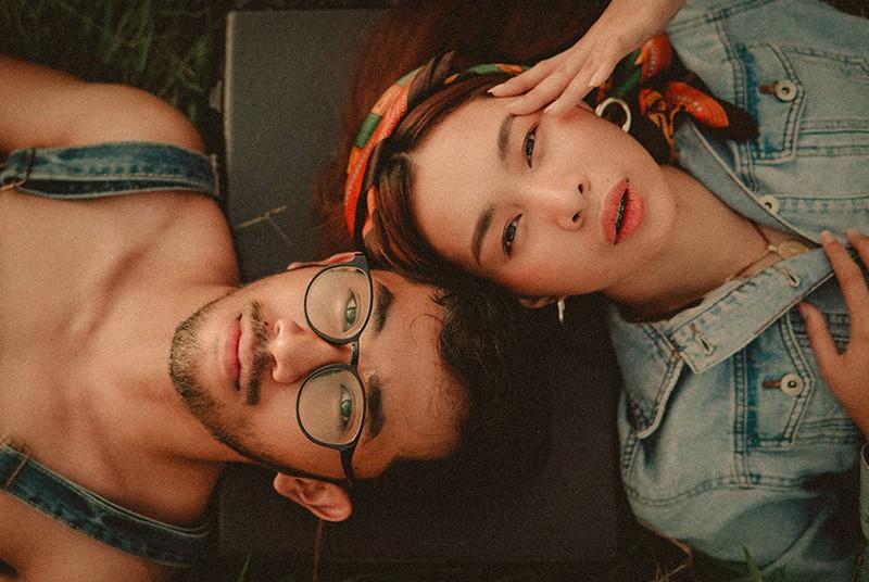 Ein Mann und eine Frau liegen verwirrt auf dem Boden