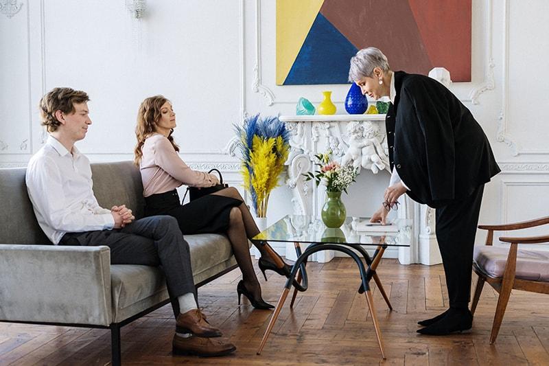 Ein Paar sitzt auf der Couch vor dem Therapeuten und will gerade sitzen