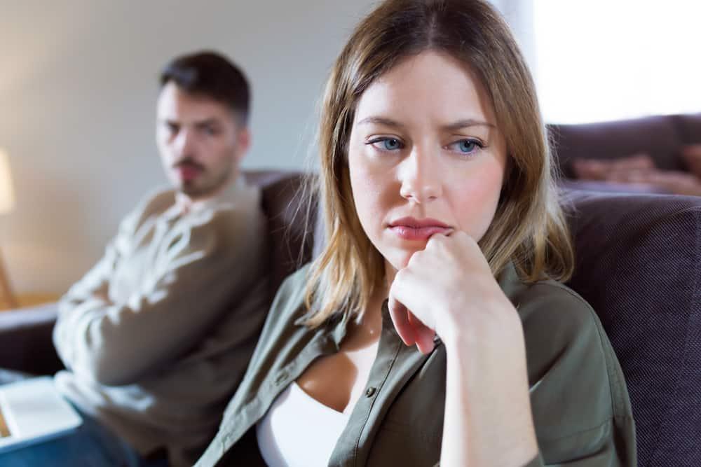 ein Porträt einer Frau, die ihren Mann ignoriert
