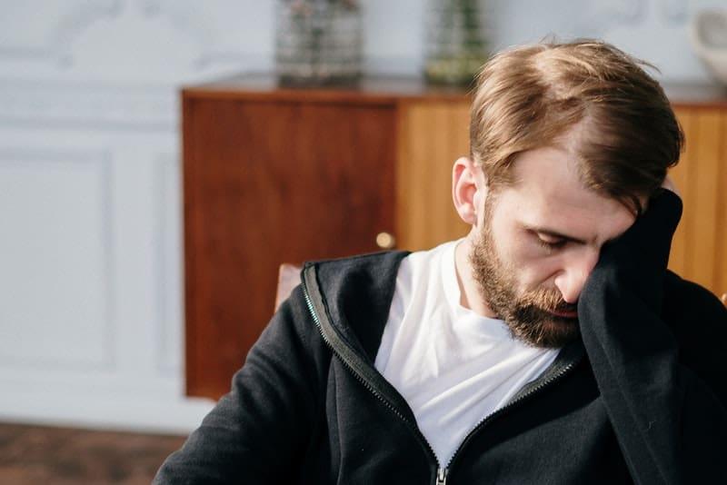 ein Porträt eines depressiven Mannes mit Bart