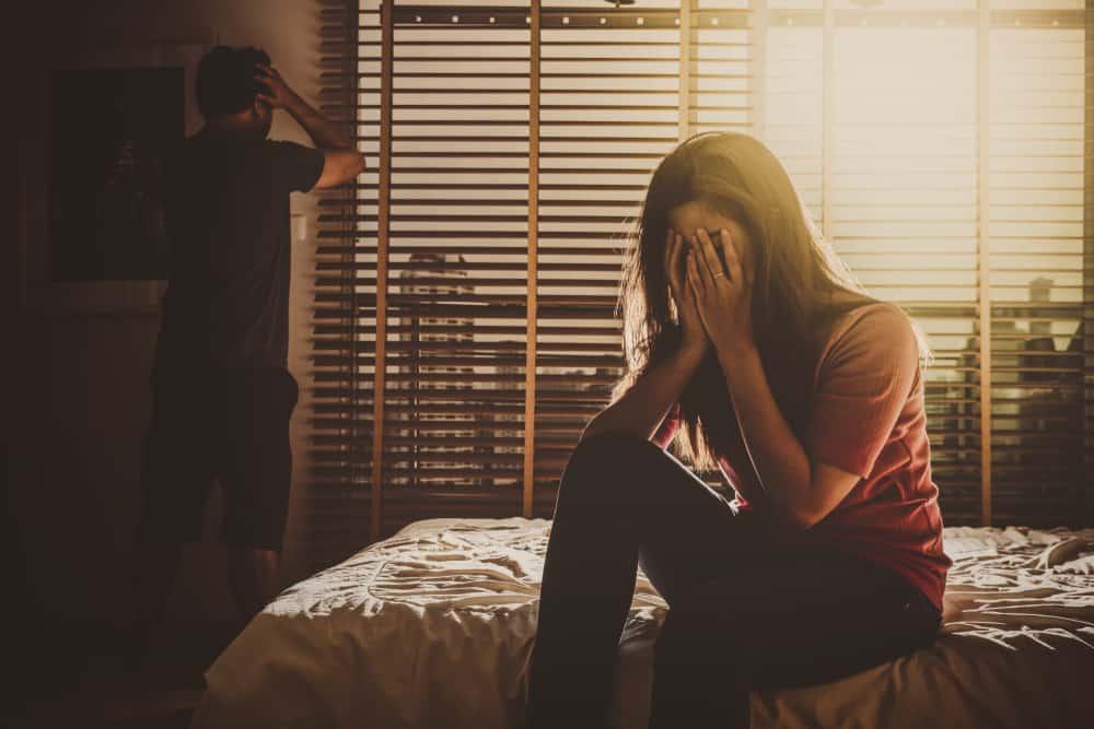 ein depressives Paar nach einem Streit im Schlafzimmer