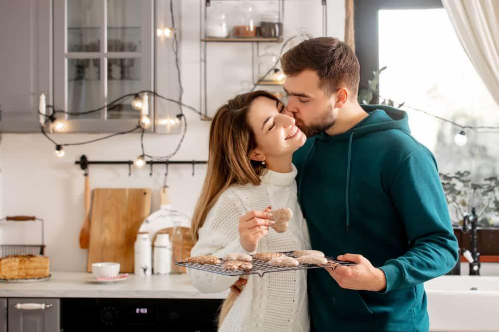ein liebendes Paar in der Küche backt Kuchen