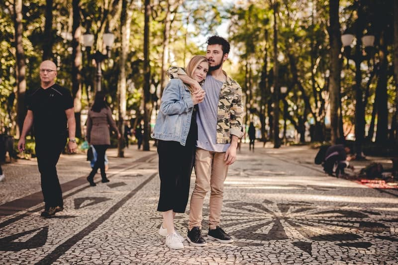 ein liebendes Paar in einem Park, der in einer Umarmung steht