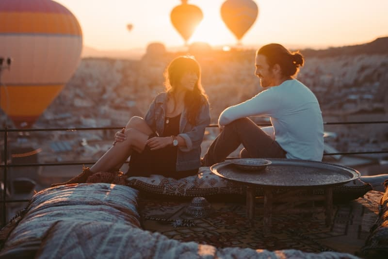 ein liebendes Paar in einem Treffen auf einer Terrasse bei Sonnenuntergang