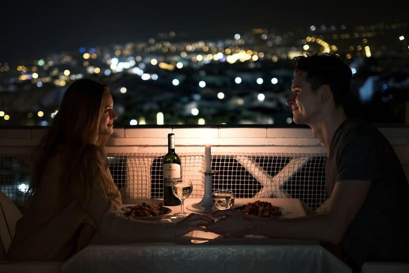 ein romantisches Abendessen eines liebenden Paares