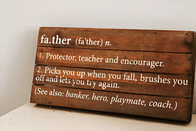 eine Definition des Vaters auf einem Holzrahmen in englischer Sprache
