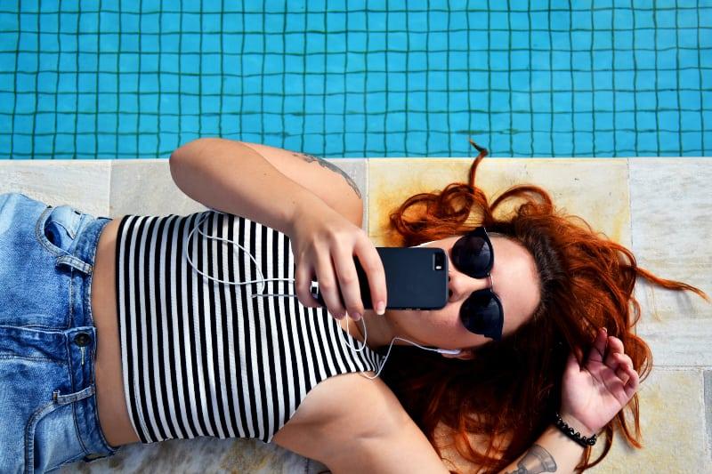 eine Frau, die den Pool genießt