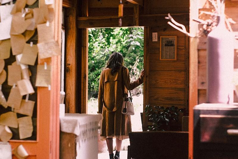 eine Frau, die beim Verlassen des Hauses gut an der Tür steht