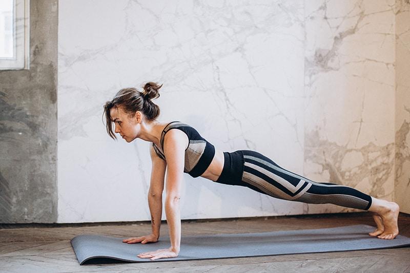 eine Frau, die auf der silbernen Matte trainiert