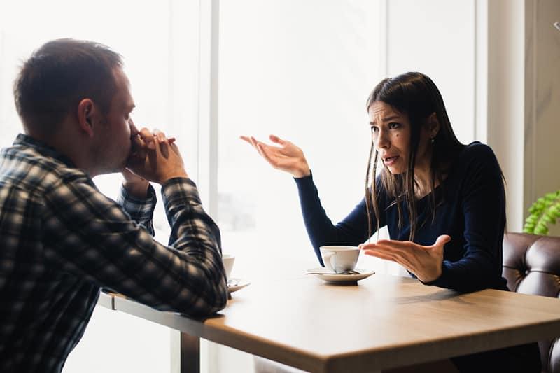 eine gestresste Frau, die mit ihrem Freund streitet