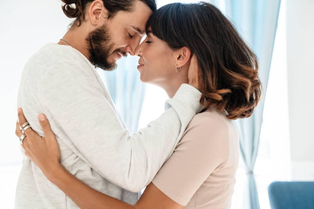 eine romantische Umarmung eines Mannes und einer Frau