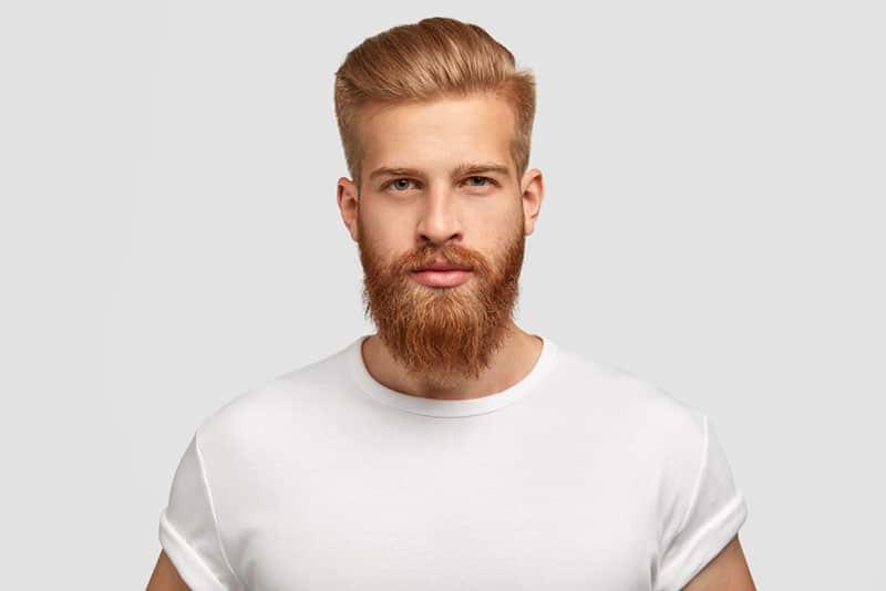 ernster Mann mit rotem Bart posiert
