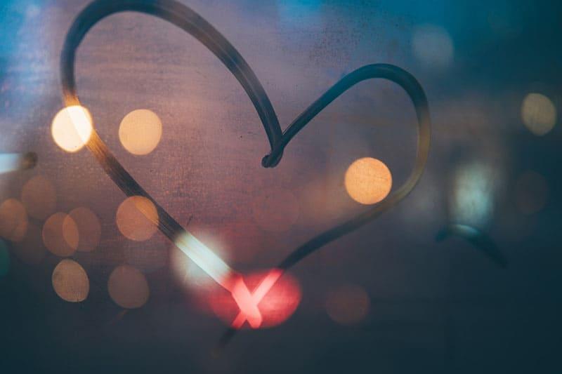 gezeichnetes Herz auf dem Fenster