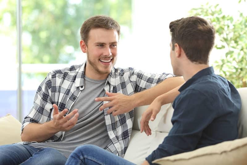glücklicher Mann, der mit Freund spricht