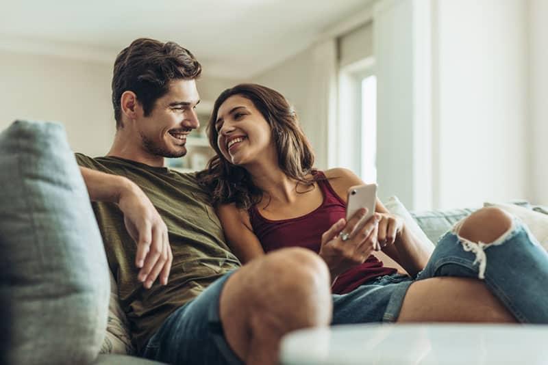 glückliches Paar sitzt auf der Couch