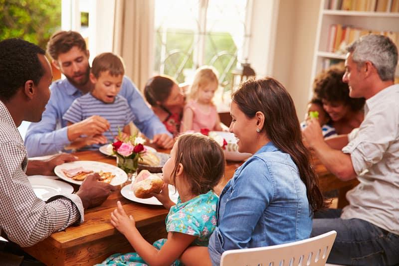 große Familie, die zusammen zu Mittag isst