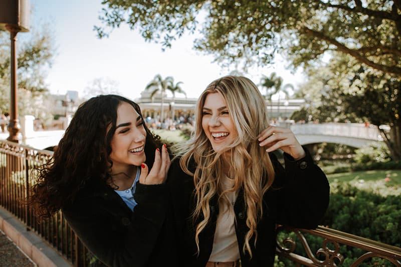 junge Frauen lachen laut