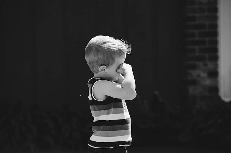 kleines Kind weint
