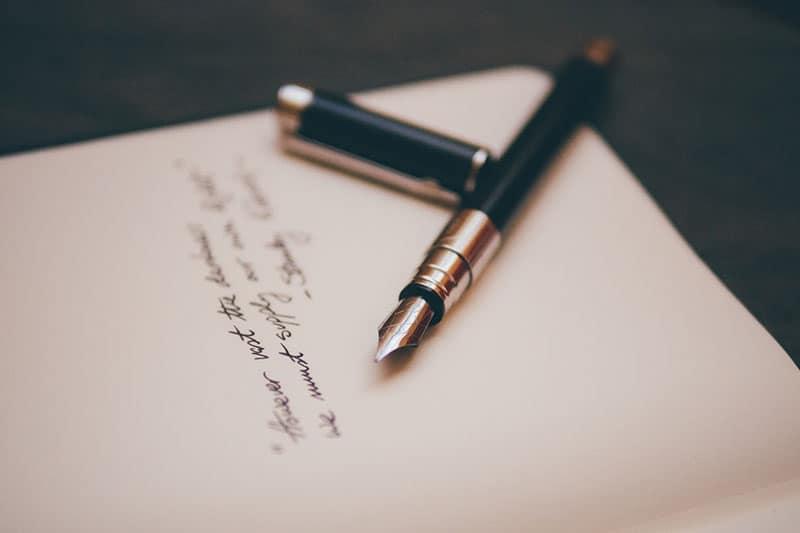 kurzes Liebesgedicht auf Papier geschrieben