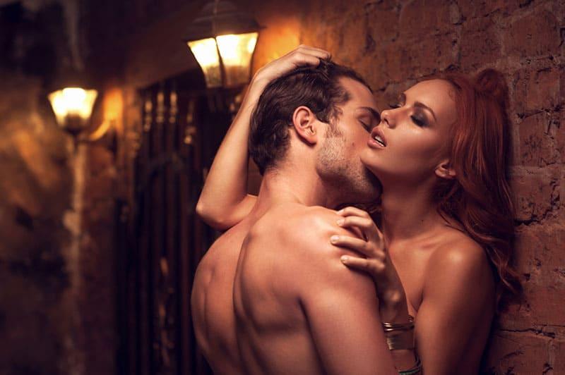 leidenschaftlicher Mann, der Frauenhals küsst
