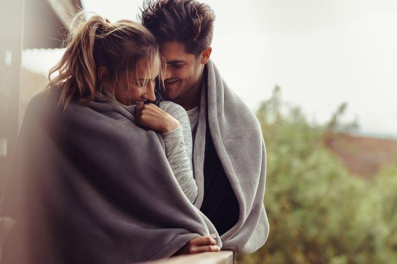 romantisches Paar in den Winterferien