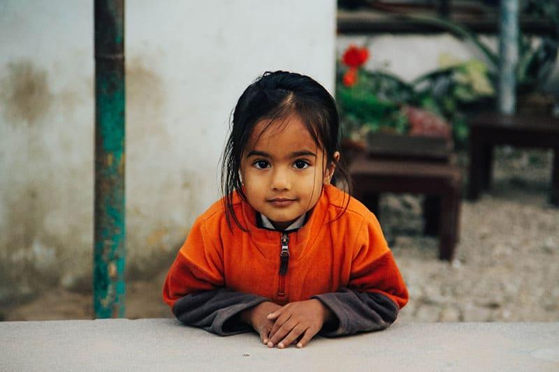 schönes kleines Mädchen posiert