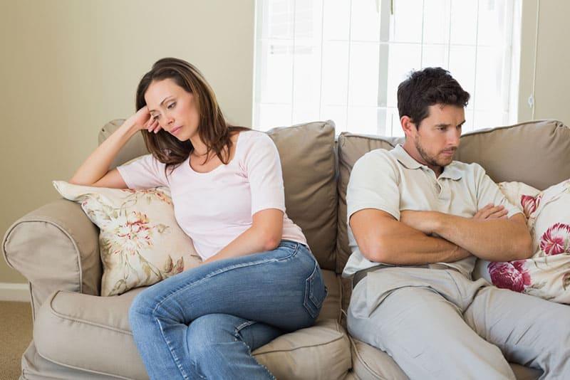 unglückliches Paar redet nicht und sitzt auf der Couch