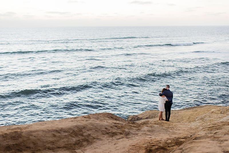 verliebtes Paar am Strand stehen