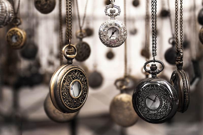 viele silberne Taschenuhren hängen
