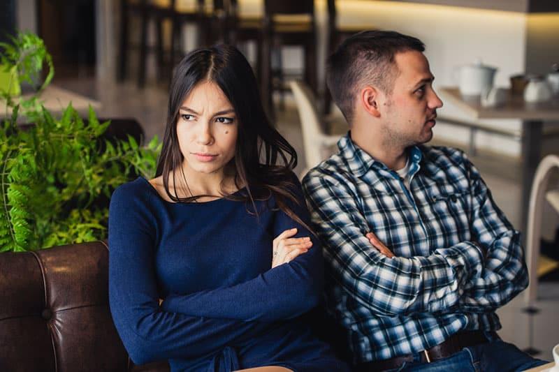 wütende Frau, die von ihrem Freund sitzt