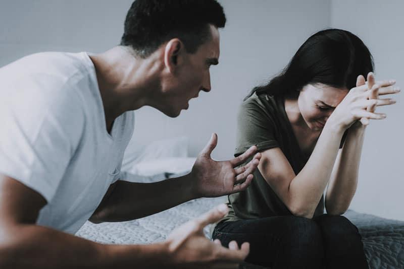 wütender Mann, der weinende Frau anschreit