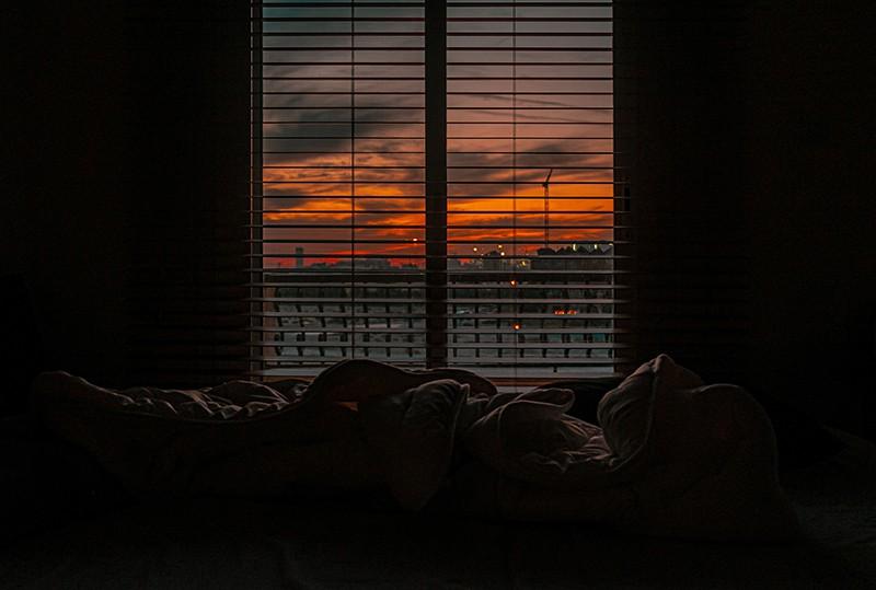 zerknitterte Decke in einem dunklen Raum bei Sonnenuntergang