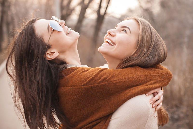 zwei beste Freundinnen umarmen sich