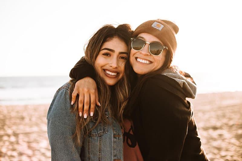 zwei junge Frauen in Umarmung posieren