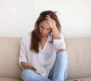 Ein besorgtes Mädchen hält den Kopf gesenkt