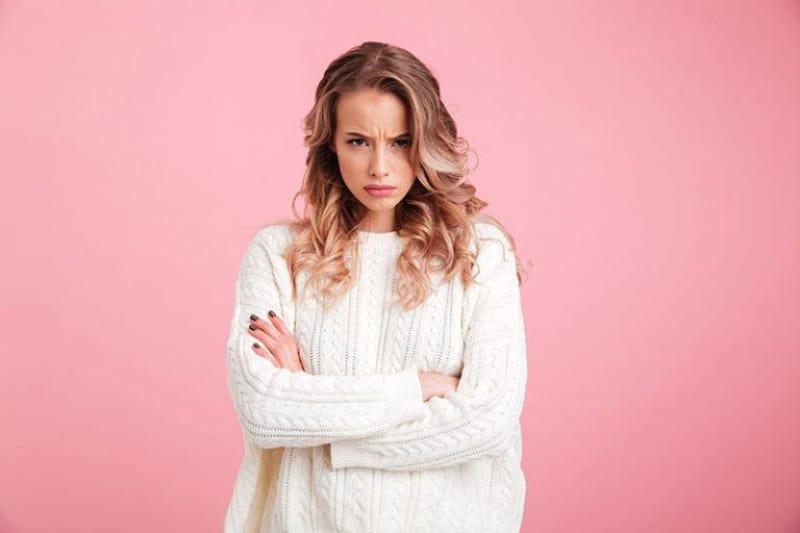 ein Mädchen mit einem grimmigen Gesichtsausdruck