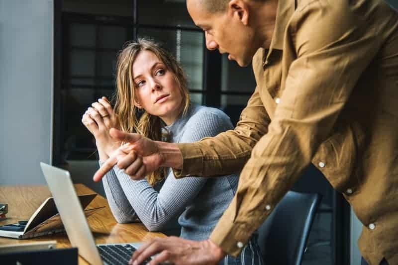 Arbeitskollegen lösen ein Problem bei der Arbeit