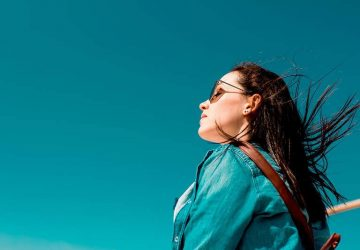 Frau, die tief in der Luft atmet