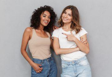 zwei schöne junge Mädchen, die nebeneinander stehen